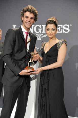 Gustavo Kuerten receives the Longines Prize for Elegance from Aishwarya Rai